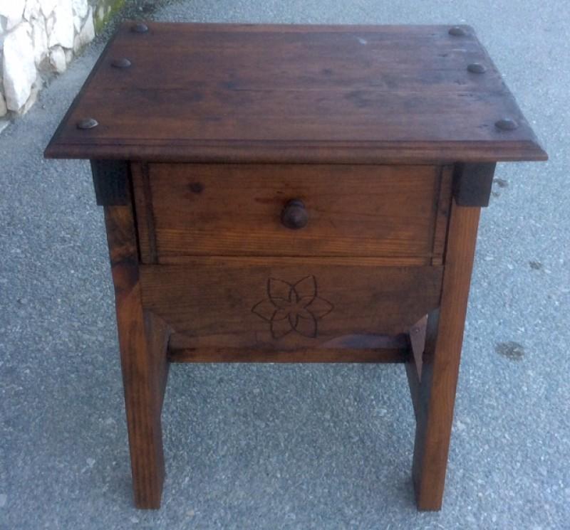 Mesa de madera de pino. Mide 44 cm x 55 cm x 60 cm de alta.