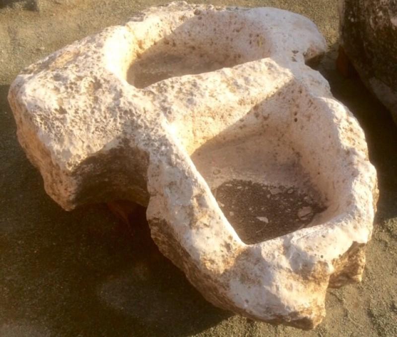Pilón irregular de piedra roca, mide 1.50 cm x 1.06 cm x 35 cm de alto
