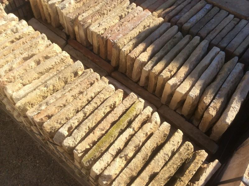 Ladrillo de suelo antiguo. Mide 31x16x4 cm. En stock hay 121 Uds = 6 m2