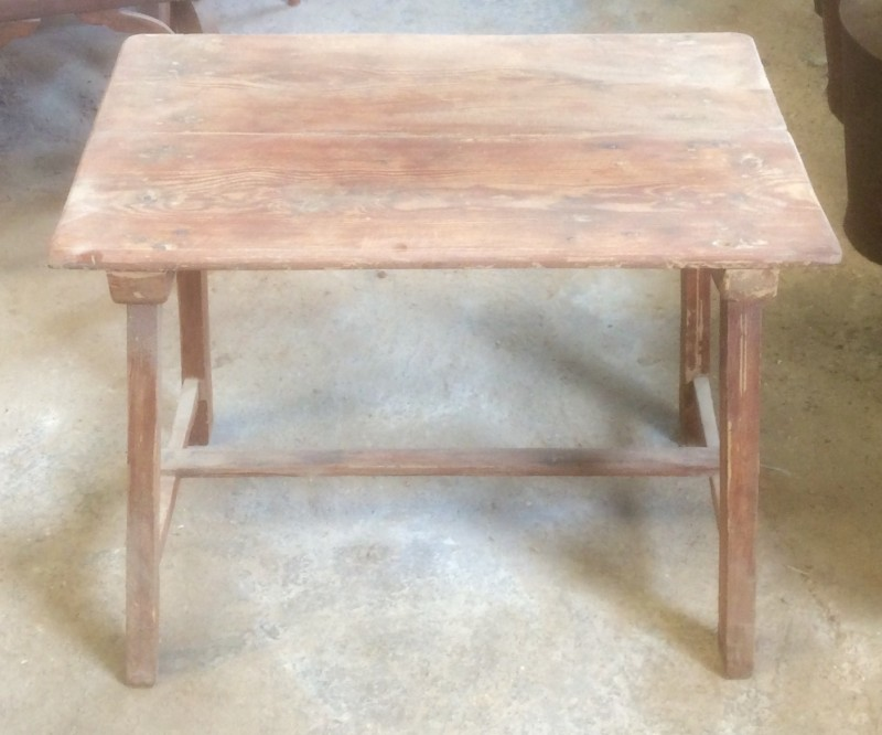 Mesa de madera pino. Mide 65 cm x 42 cm x 52 cm de alto
