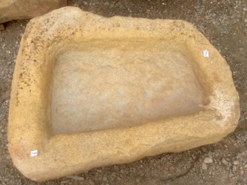 Pila de piedra arenisca irregular. Mide 58 cm x 42 cm x 18 cm de alta.