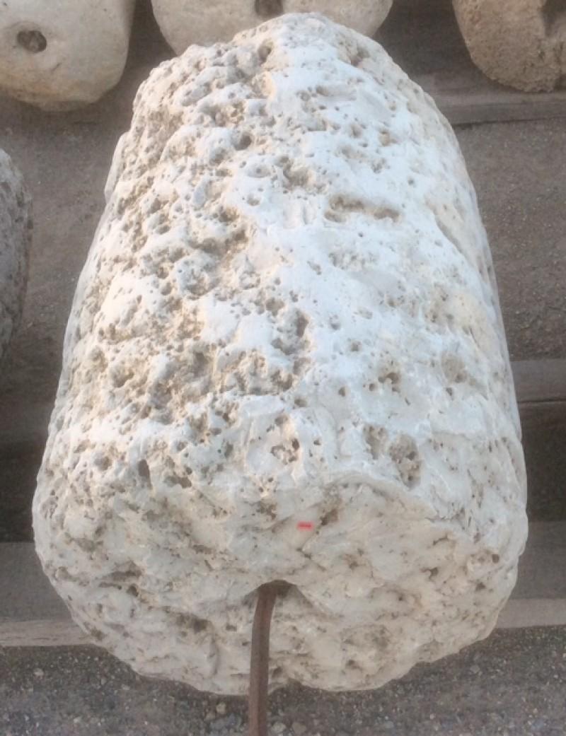 Rulo de piedra viva erosionado. Mide 57 cm de diámetro x 84 cm de alto.