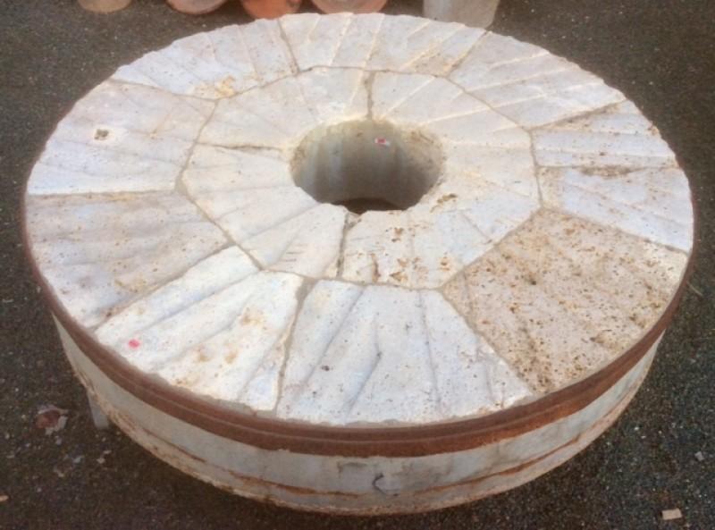Piedra de molino de piedra viva. Mide 1.31 cm de diámetro x 25 cm de grueso