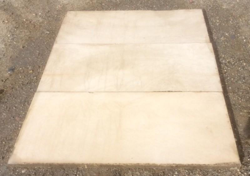Piedra de suelo natural. Mide 50 cm x 1.20 cm x 4 cm de grueso, hay más medidas. En stock hay 170.34 m2 = 17 palets.