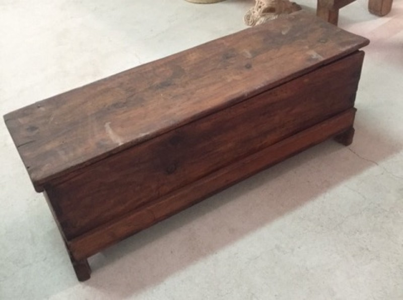 Arca de madera sin restaurar. Mide 1.21 cm x 39 cm x 44 cm de alta x 29 cm de altura interior.