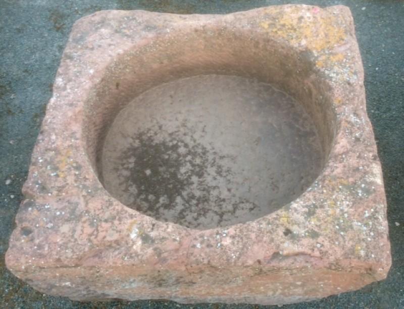 Pilón cuadrado de piedra rojiza mide 80 cm x 80 cm x 30 cm de alto.