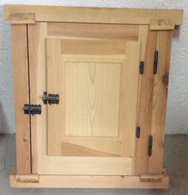 Ventana de madera natural sencilla. Mide: 60x50 cm
