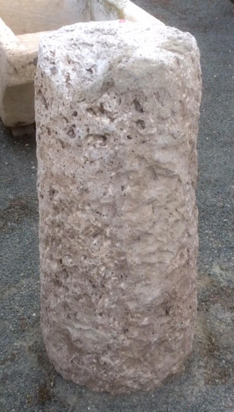 Rulo de piedra viva. Mide 36 cm de diámetro x 76 cm de alto.