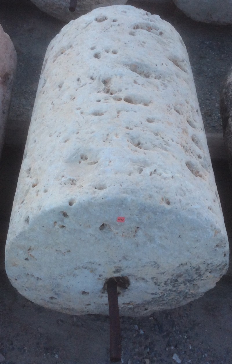Rulo de piedra viva. Mide 55 cm de diámetro x 80 cm de alto.