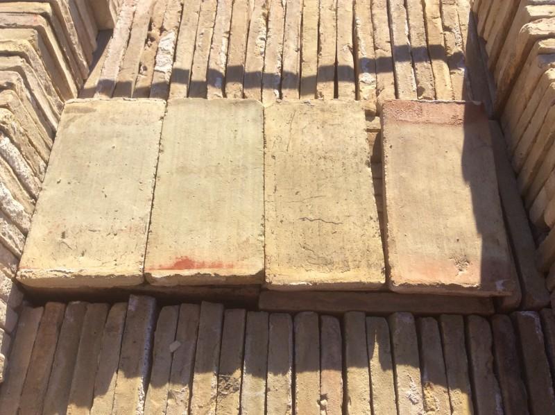Ladrillo de suelo antiguo. Mide 27x14x3 cm. En stock hay 503 uds = 19 m2.