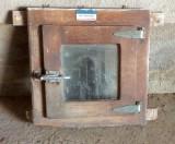 Ventana antigua de cámara frigorifica. Mide 61 cm de ancho x 63 cm de alto.