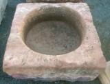 Pilón cuadrado de piedra rojiza mide 82 cm x 80 cm x 35 cm de alto