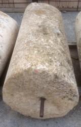 Rulo de piedra viva . Mide 64 cm de diámetro x 1.48 cm de alto.