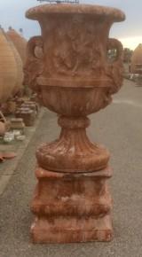 Copa decorativa con pedestal, color rojizo, piedra artificial. Mide 60 cm de diámetro x 1.90 cm de alto total, la base mide 68 cm x 68 cm x 60 cm de alta.