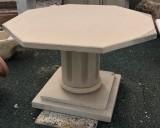 Mesa de piedra octogonal. Mide 1,30 cm x 76 cm de alta x 4,5 cm de grueso