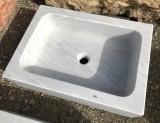 Fregadero de un seno en mármol blanco Macael. Mide 60 cm largo x 43 cm ancho x 17 cm alto.