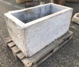 Pilón de piedra caliza antiguo. Mide 1,08 cm x 58 cm x 50 cm de alto