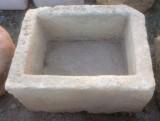 Pila de piedra arenisca. Mide 61 cm x 47 cm x 35 cm de alta