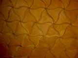 Losa de barro manual con forma de pajarita.