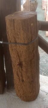 Viga de madera rústica de pino. Mide 27 cm de diámetro x 85 cm de altura