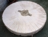 Piedra de molino. Mide 1.30 cm de diámetro x 18 cm de gruesa.