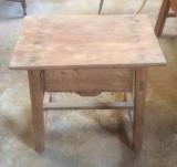 Mesa de madera pino con cajón. Mide 61 cm x 44 cm x 52 cm de alto