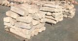 Bordillo de piedra viva. Mide 12 cm de grueso x 23/28 cm de ancho x 40/70 cm de largo