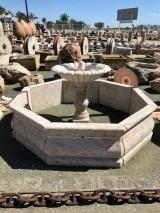 Fuente de piedra travertino octogonal. Mide 2,25 cm de diámetro x 1,10 cm de alta