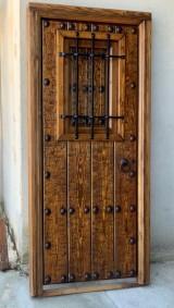 Puerta de una hoja apertura a izquierdas, mide 99 cm x 2.11 cm de alta