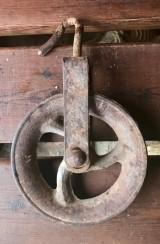 Garrucha de hierro. Mide 17 cm de diámetro x 29 cm de alto