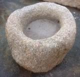 Pilón redondo de granito. Mide 75 cm de diámetro x 43 cm de alto.