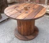 Mesa de madera hecha con bobina. Mide 97 cm de diámetro x 71 cm de alta.