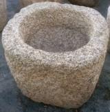 Pilón cuadrado de granito. Mide 80 cm x 76 cm x 71 cm de alto