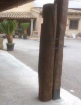 Viga de madera rústica. Mide 23 cm de diámetro x 1.90 cm de altura.