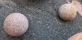 Bolas de piedra viva decorativas. Miden 30 cm de diámetro
