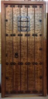 Puerta de una hoja apertura a derechas, mide 1,04 cm x 2,18 cm de alta