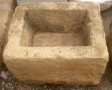 Pila de piedra arenisca. Mide 55 cm x 44 cm x 38 cm de alto.