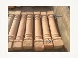 Columna de piedra antigua de una pieza. Mide 1,68 cm de alta