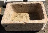 Pila de piedra travertino rectangular. Mide 70 cm x 50 cm x 33 cm de alta