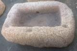 Pilón rectangular de granito. Mide 1.00 cm x 66 cm x 42 cm de alto.