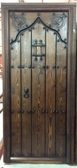 Puerta de una hoja apertura a derechas tallada, mide 94 cm x 2.09 cm de alta