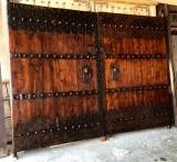 Portón de madera reforzado con chapa. Mide 2.98 cm de ancho x 2.20 cm de alto
