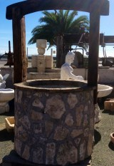 Pozo de piedra con arco de madera antigua. Piedra gris. Mide 1,30 x 2,10cm alto