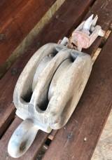 Garrucha de hierro con madera. Mide 16 cm x 20 cm x 66 cm de alto