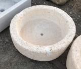 Pila de piedra arenisca redonda. Mide 49 cm de diámetro x 18 cm de alta