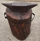 Yunque de hierro con tronco de madera. Altura total con el tronco 79 cm.