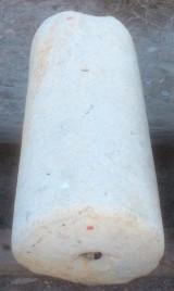 Rulo de piedra caliza. Mide 38 cm de diámetro x 80 cm de alto.