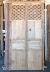 Alacena de madera con rejilla antigua. Mide 1.04 cm de ancho x 2.05 cm de alto