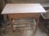 Mesa de madera pino con dos cajones laterales. Mide 1.06 cm x 59 cm x 75 cm de alto