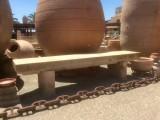 Banco de piedra natural. Mide 2,32 cm de largo x 45 cm de ancho x 52 cm de alto.